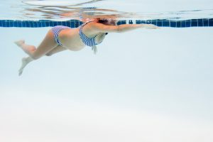gravid simma i bassäng