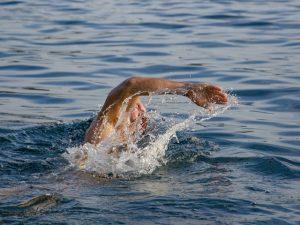 En simmare i havet